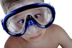 Junge mit der schnorchelnden Schablone, die lustigen Ausdruck bildet Lizenzfreie Stockfotografie