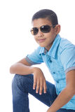 Junge mit der Sonnenbrille, die für Foto aufwirft stockfoto