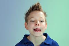 Junge mit der Zunge heraus Lizenzfreie Stockfotos