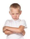 Junge mit die Stirn runzelndem Gesicht Stockbild