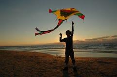 Junge mit Drachen Lizenzfreies Stockfoto