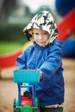 Junge mit einem Bagger Stockbilder