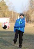 Junge mit einem Ball Stockbild