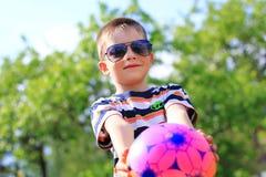 Junge mit einem Ball Stockfotos