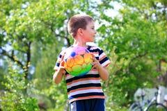 Junge mit einem Ball Lizenzfreie Stockfotos
