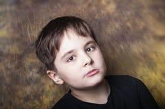Junge mit einem entfernten Anstarren Stockbilder
