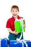 Junge mit einem Geschenk Lizenzfreie Stockfotos