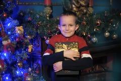 Junge mit einem Geschenk in den Händen Stockbilder