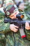 Junge mit einem Gewehr, das lazer Tag spielt Lizenzfreie Stockbilder