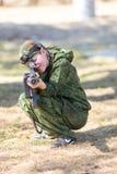 Junge mit einem Gewehr, das lazer Tag spielt Stockfotografie