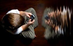 Junge mit einem Handy Stockfotografie