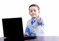 Junge in der Bindung und im Daumen oben Lizenzfreie Stockfotos