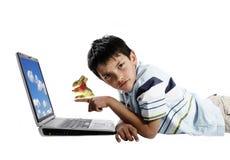 Junge mit einem Osterhasen stockfoto