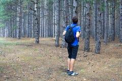 Junge mit einem Rucksack Stockbild