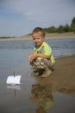 Junge mit einem Segelboot Lizenzfreie Stockbilder