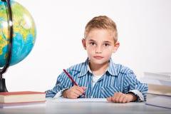 Junge mit einem Sketch-pad Lizenzfreie Stockbilder