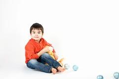 Junge mit einem Spielzeug Lizenzfreie Stockfotos