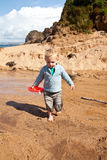 Junge mit einem Spielzeugboot stockbilder