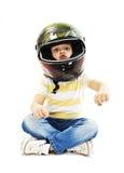 Junge mit einem Sturzhelm, täuschend vor, ein Motorrad zu fahren Stockfoto