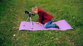 Junge mit einem Teleskop in der Natur