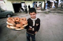 Junge mit einem Tellersegment des Brotes Stockfotos