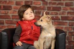Junge mit einem Welpen lizenzfreies stockbild