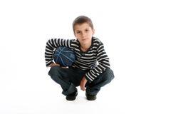 Junge mit einer Basketballkugel Lizenzfreie Stockbilder