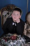 Junge mit einer Fliege am Hals lizenzfreie stockbilder
