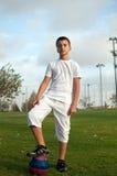 Junge mit einer Fußballkugel. Lizenzfreies Stockfoto
