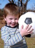 Junge mit einer Kugel Stockfoto