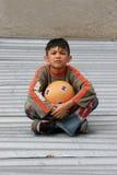 Junge mit einer Kugel Stockfotos