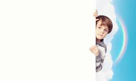 Junge mit einer leeren Anschlagtafel Stockbilder
