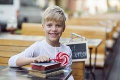 Junge mit einer Süßigkeit Lizenzfreie Stockfotos