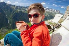 Junge mit einer Schale heißer Schokolade Lizenzfreies Stockfoto