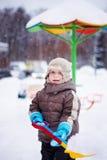 Junge mit einer Schaufel Stockfoto