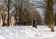 Junge mit einer Schaufel nach einem Schneefall. Stockfotos
