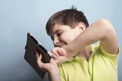 Junge mit einer Tablette lizenzfreie stockfotos