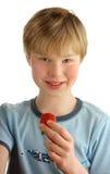 Junge mit Erdbeere Lizenzfreie Stockbilder