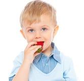Junge mit Erdbeere Stockbilder