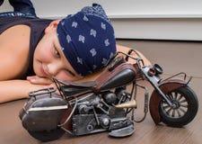 Junge mit Fahrrad stockfotografie