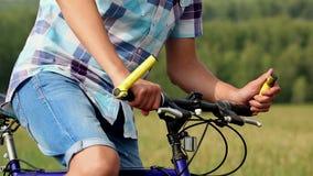Junge mit Fahrrad stock video