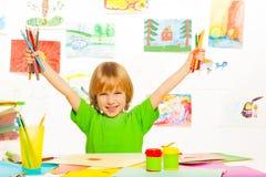 Junge mit Farbbleistiften Stockbilder
