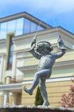 Junge mit Fisch-Brunnen Lizenzfreie Stockbilder