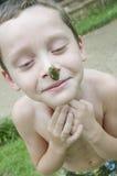 Junge mit Frosch auf Wekzeugspritze Stockbilder
