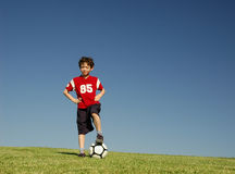 Junge mit Fußball stockbild