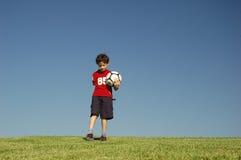 Junge mit Fußball stockfoto