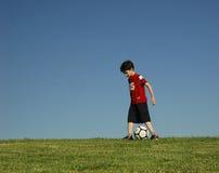 Junge mit Fußball stockfotos