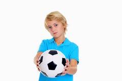 Junge mit Fußball ist nicht glücklich Stockfoto