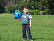 Junge mit Fußballfluglage Stockfotografie