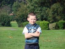 Junge mit Fußballfluglage Lizenzfreie Stockfotos